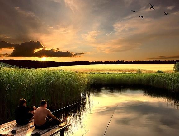 два рыбака с удочками