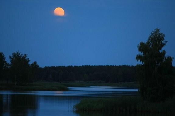 луна над озером
