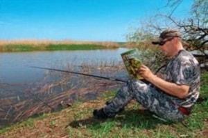рыболов с маховой поплавочной удочкой и журналом