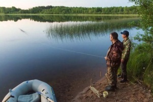 рыболовы ловят на резинку
