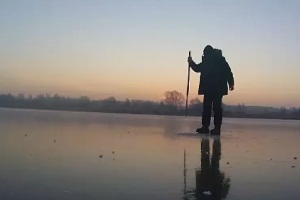 проверяем лед пешней
