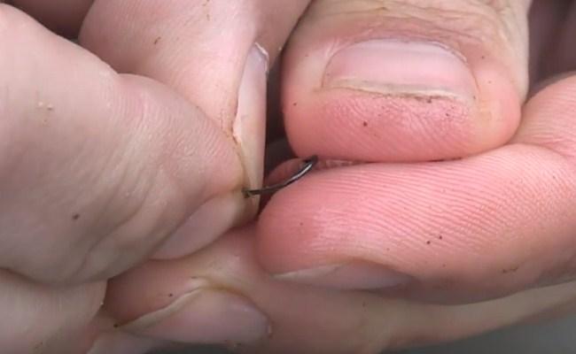 насаживание червя на крючок чулком 1