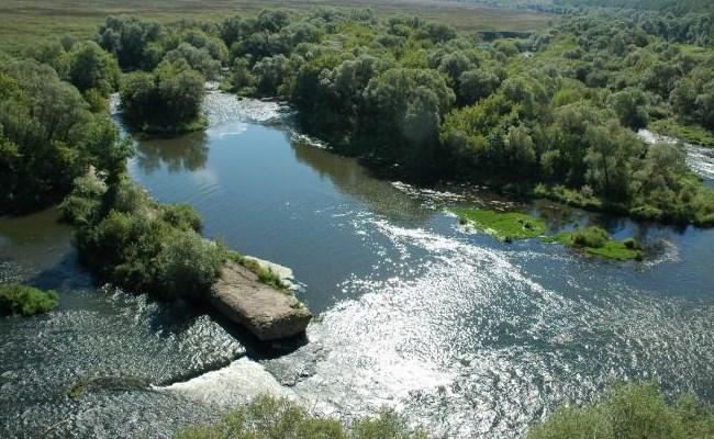 обратные струи и спокойное течение реки