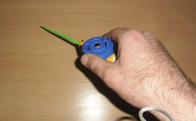 способ удержания в руке удочки с рукояткой 3