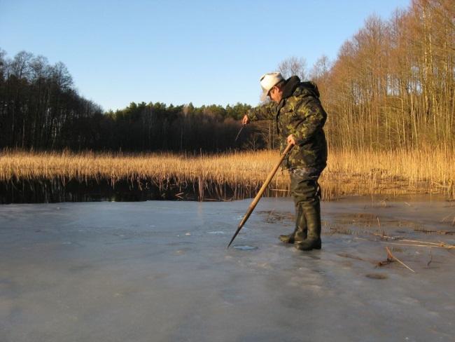 с пешней на последний лед